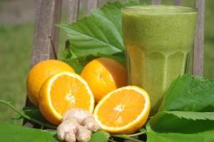Orangen-Ingwer-Smoothie: Das Grüne ist übrigens keine Deko, sondern Lindenblätter die in den Smoothie gehören.