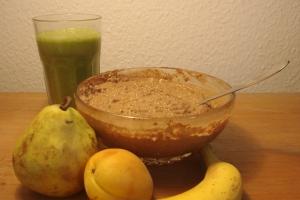 Schoko-Porridge mit frischen Früchten und grünem Smoothie zum Frühstück. Mehr geht nicht.